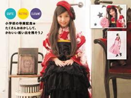赤い着物に黒い袴と黒いリボンが付いた赤いベレー帽でコーディネートした小学生の女の子の卒業袴写真