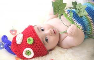 はらぺこあおむし風の衣装を着た赤ちゃんの百日写真