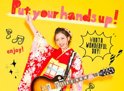 ギターを持った女の子とおしゃれなデザインが入ったユニークをテーマに撮影された成人写真
