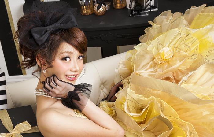 黄色のドレスを着た20歳の女の子の可愛い成人写真
