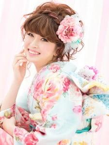 水色の着物にピンクのお花を合わせたアップスタイルの写真