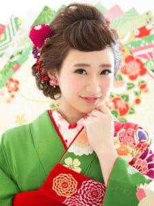 爽やかなグリーンの着物に赤い髪飾りの日本髪スタイルの写真