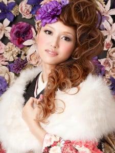 紫のお花の髪飾りがゴージャスなサイドアップスタイルの写真