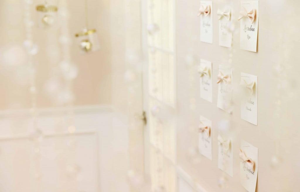 淡いピンクのリボンと飾りがキラキラしたスタジオ背景写真