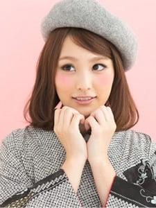 シンプルな雰囲気の着物と合わせたグレーのベレー帽がおしゃれなダウンスタイルの写真
