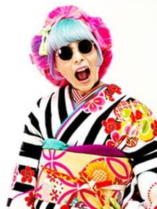 ど派手な髪色に個性的なサングラスも着物に似合わせる日本髪スタイルの写真