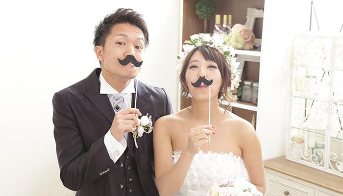 くちひげの小物を使った、新郎新婦のユニークな結婚写真