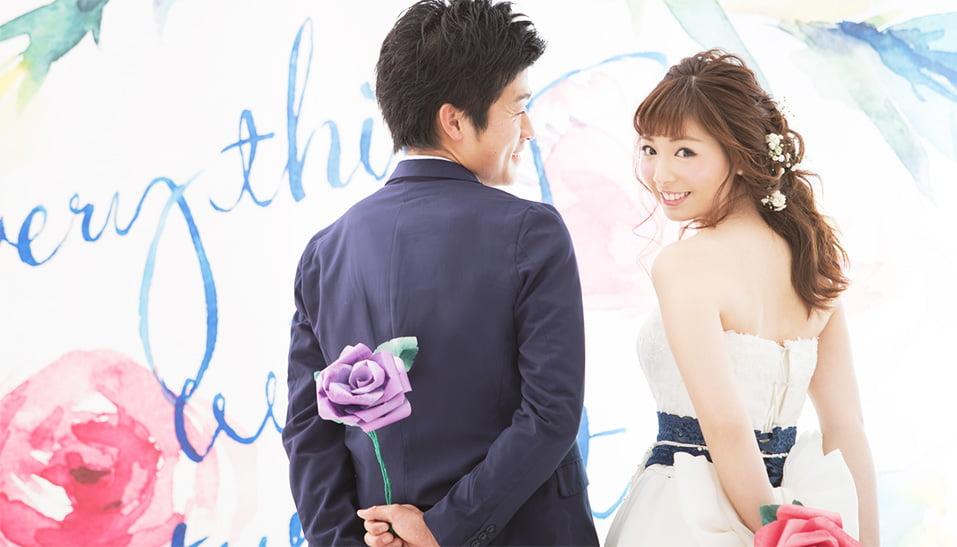 可愛いお花の背景の結婚写真