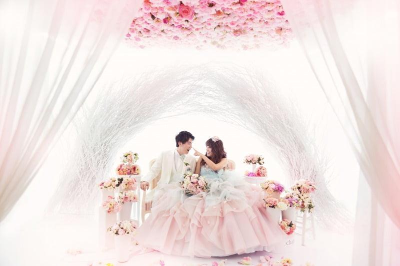 幻想的なホワイトツリーと花々の天井に包まれた「flower」