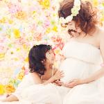 妊娠中のお母さんのお腹に娘が手を当てているマタニティフォト
